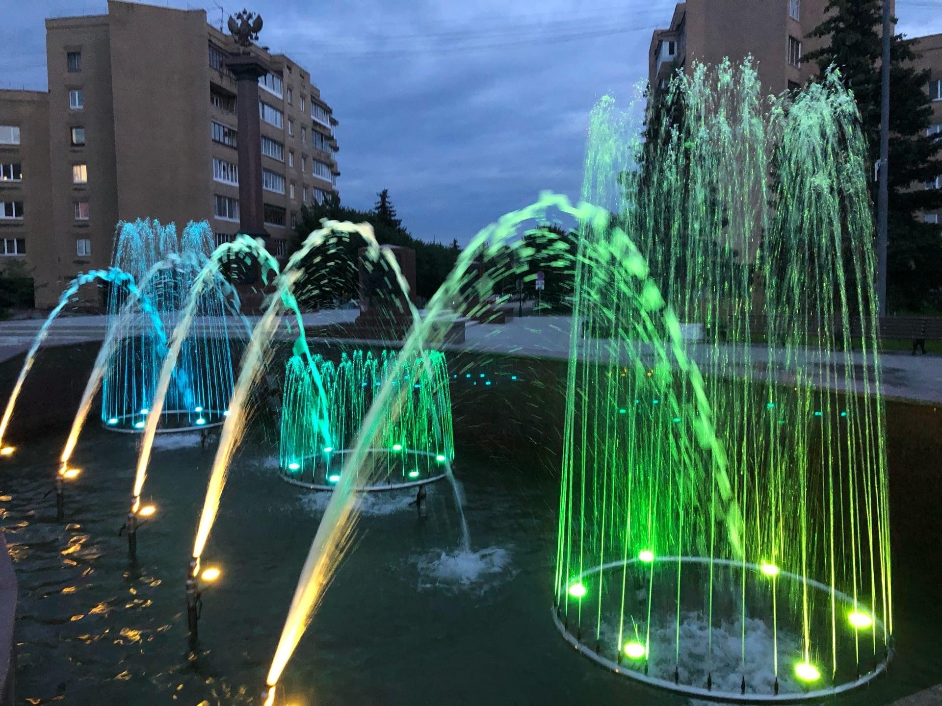 Ночная красота: жители Твери снимают фото и видео у фонтанов с подсветкой
