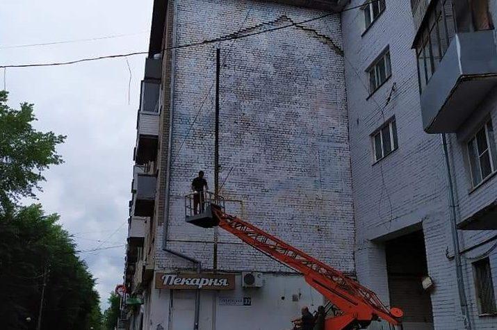 Спорное граффити с изображением Солженицына все-таки закрасили в Твери