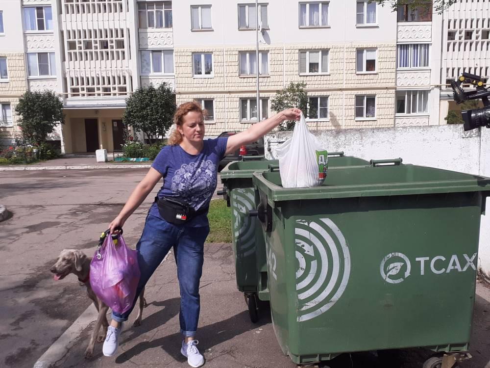 Жительница Твери научила собаку убирать мусор за людьми