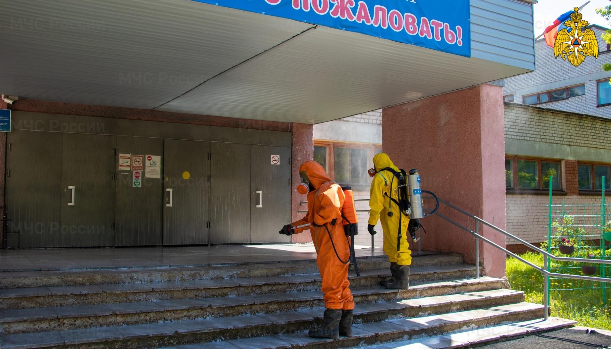 Сотрудники МЧС помогают дезинфицировать школы перед началом ЕГЭ