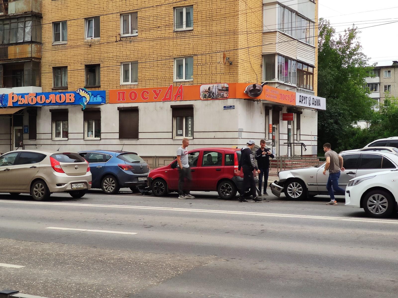 Три автомобиля сошлись в ДТП на Волоколамке в Твери и даже не устроили пробку