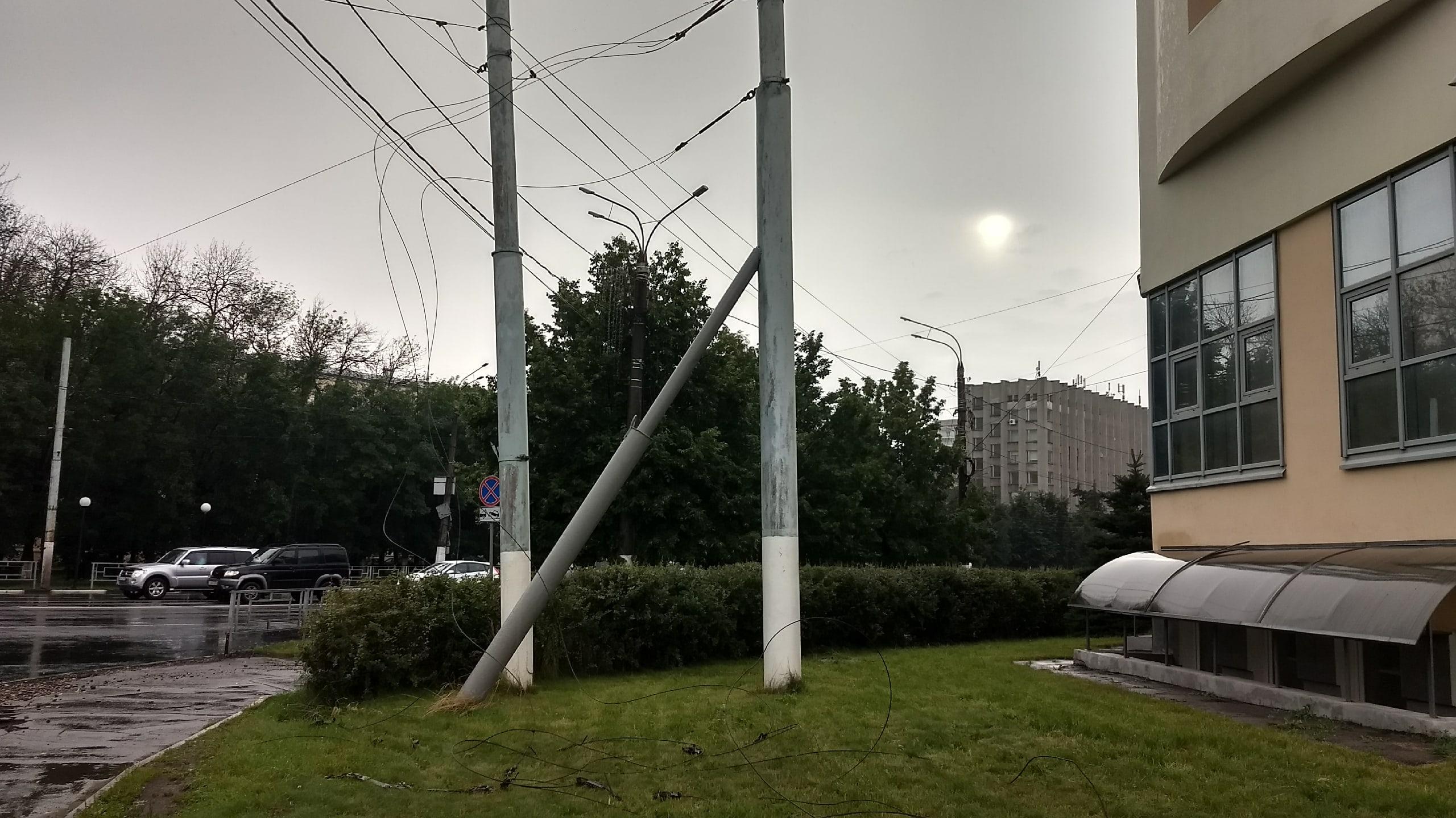 Жители Тверской области делятся в социальных сетях видеозаписями стихии и ее последствий