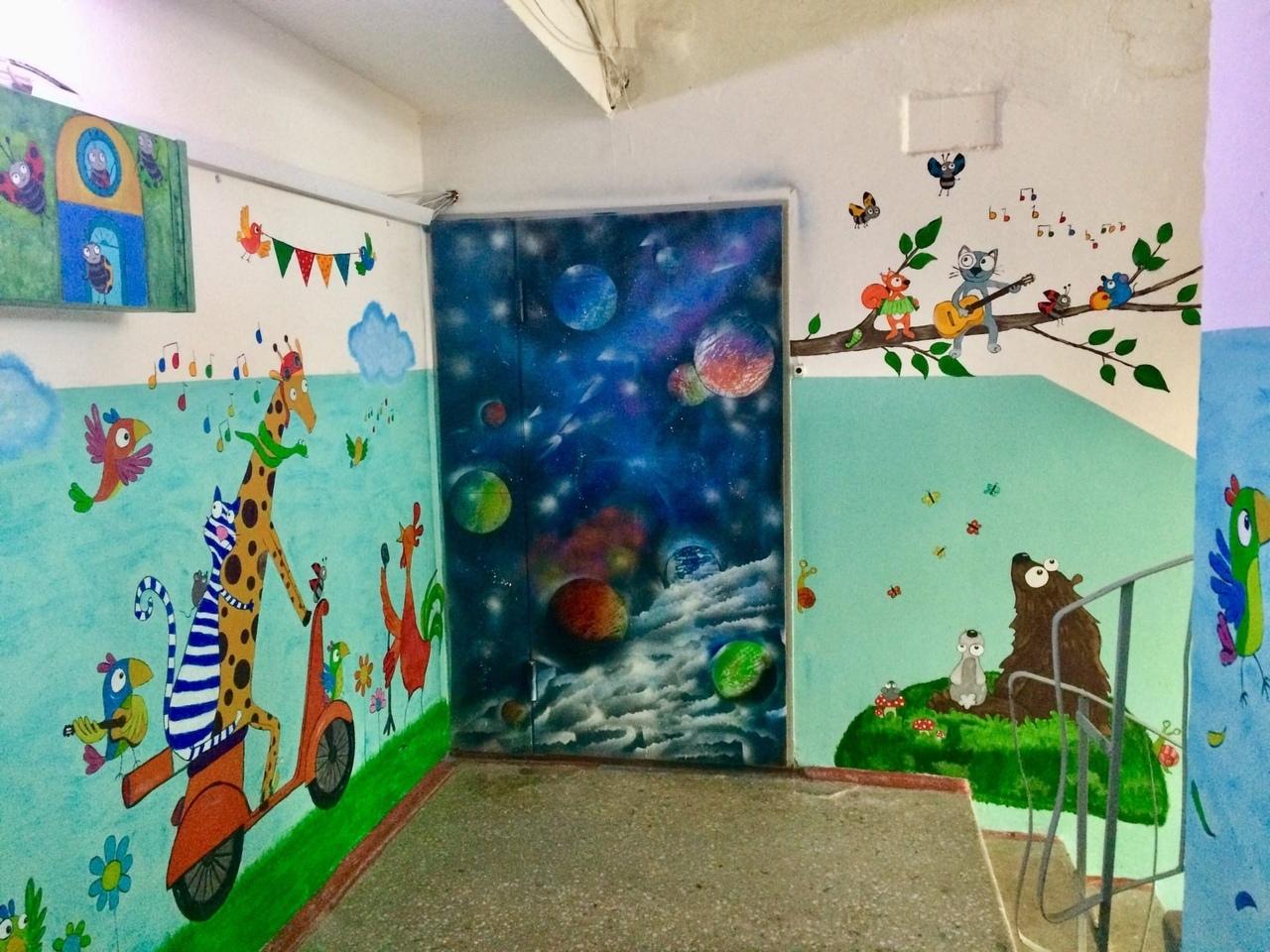 В Тверской области художница украсила подъезд