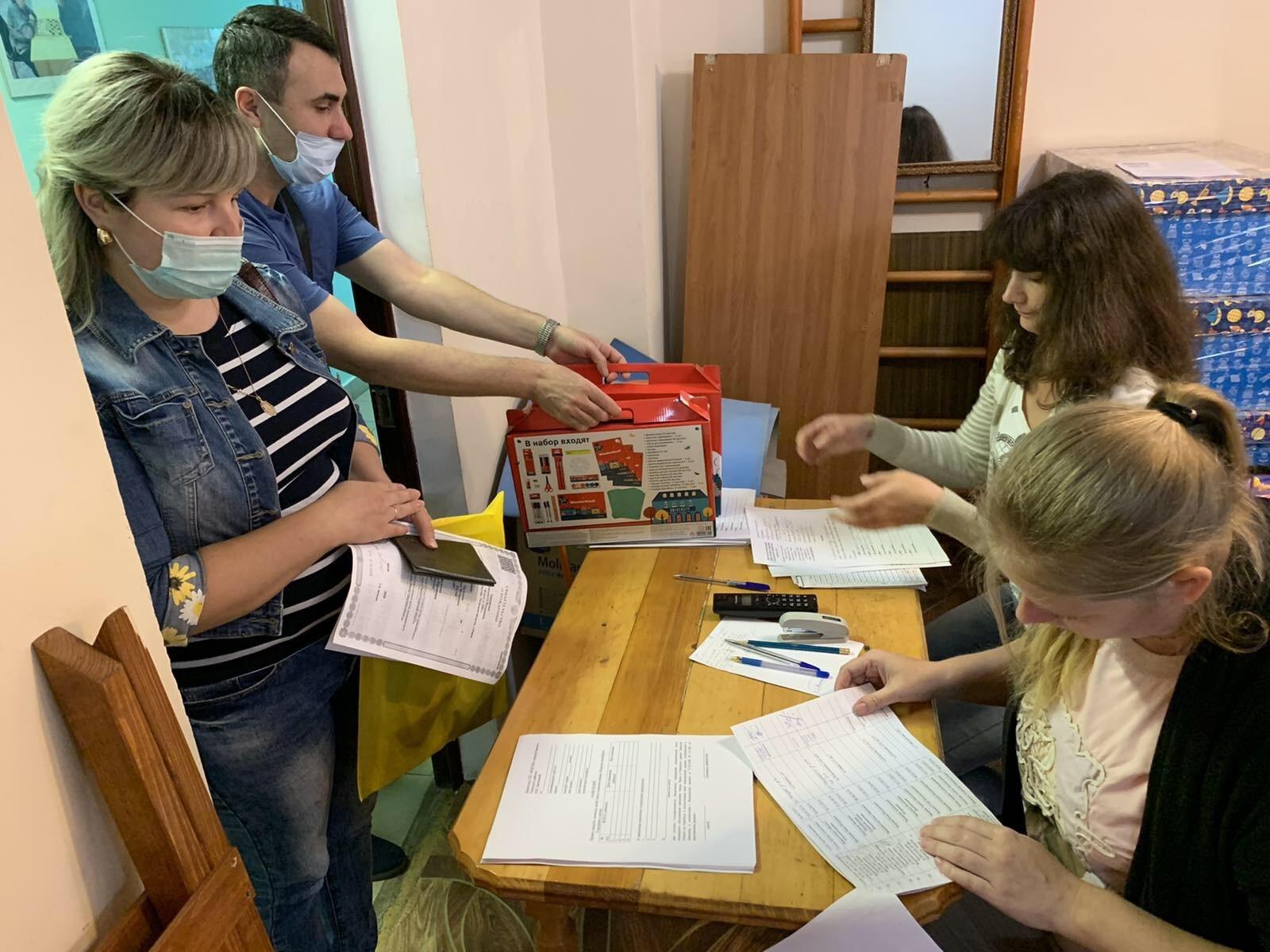 В Ржевском районе первоклассникам вручают новенькие ранцы