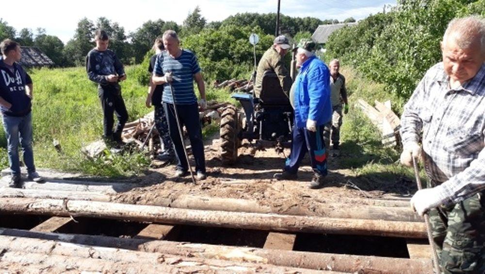Жители деревни в Тверской области сообща починили мост через реку