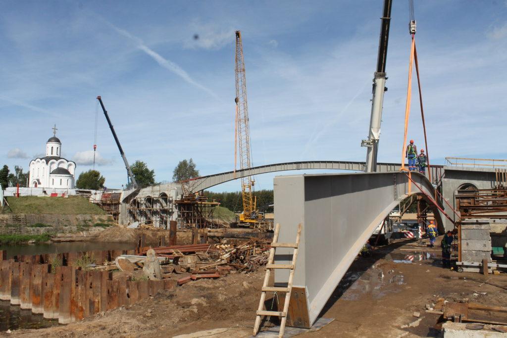 В Тверипродолжается строительство пешеходного мостана Остров Памяти