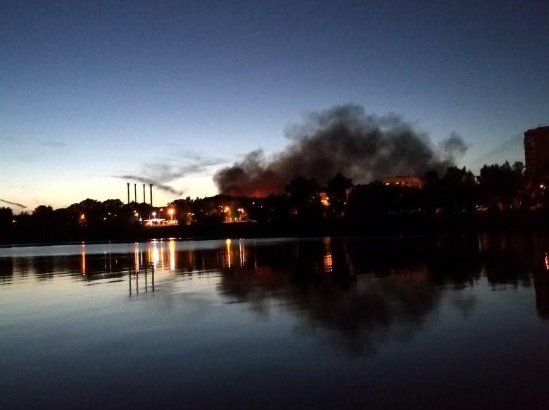 В Заволжском районе Твери снова бушует пожар на заброшенной химбазе
