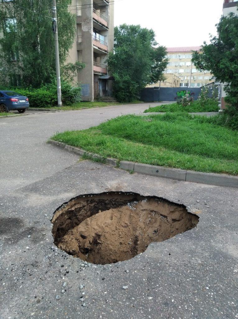В Твери на проспекте 50 лет Октября провалился асфальт
