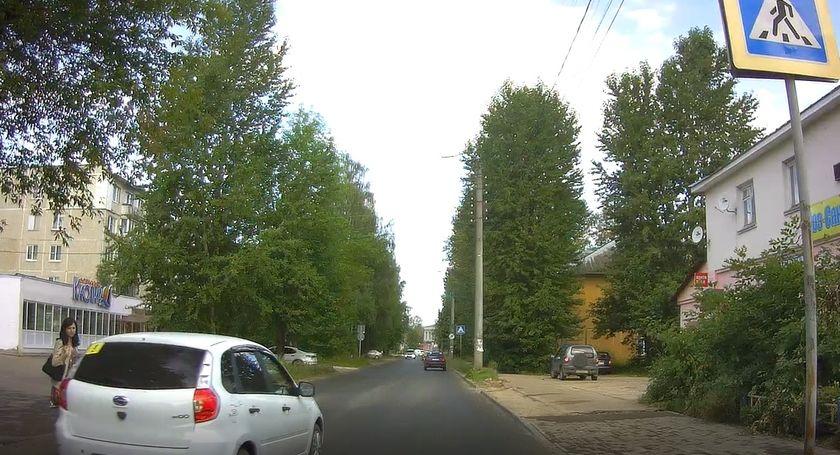 Момент, как автолихач чуть не сбил беременную девушку в Твери, попал на видео