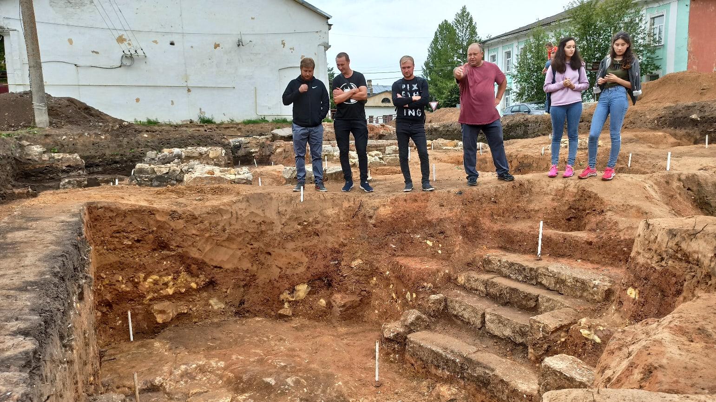 В Тверской области при раскопках обнаружили фрагмент лестницы 18 века