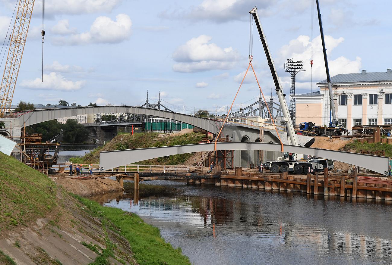 Новый пешеходный мост в Твери построен почти наполовину
