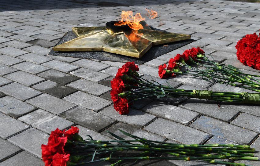 Игорь Руденя в Вышнем Волочке возложил цветы к мемориальному комплексу «Воинское захоронение»