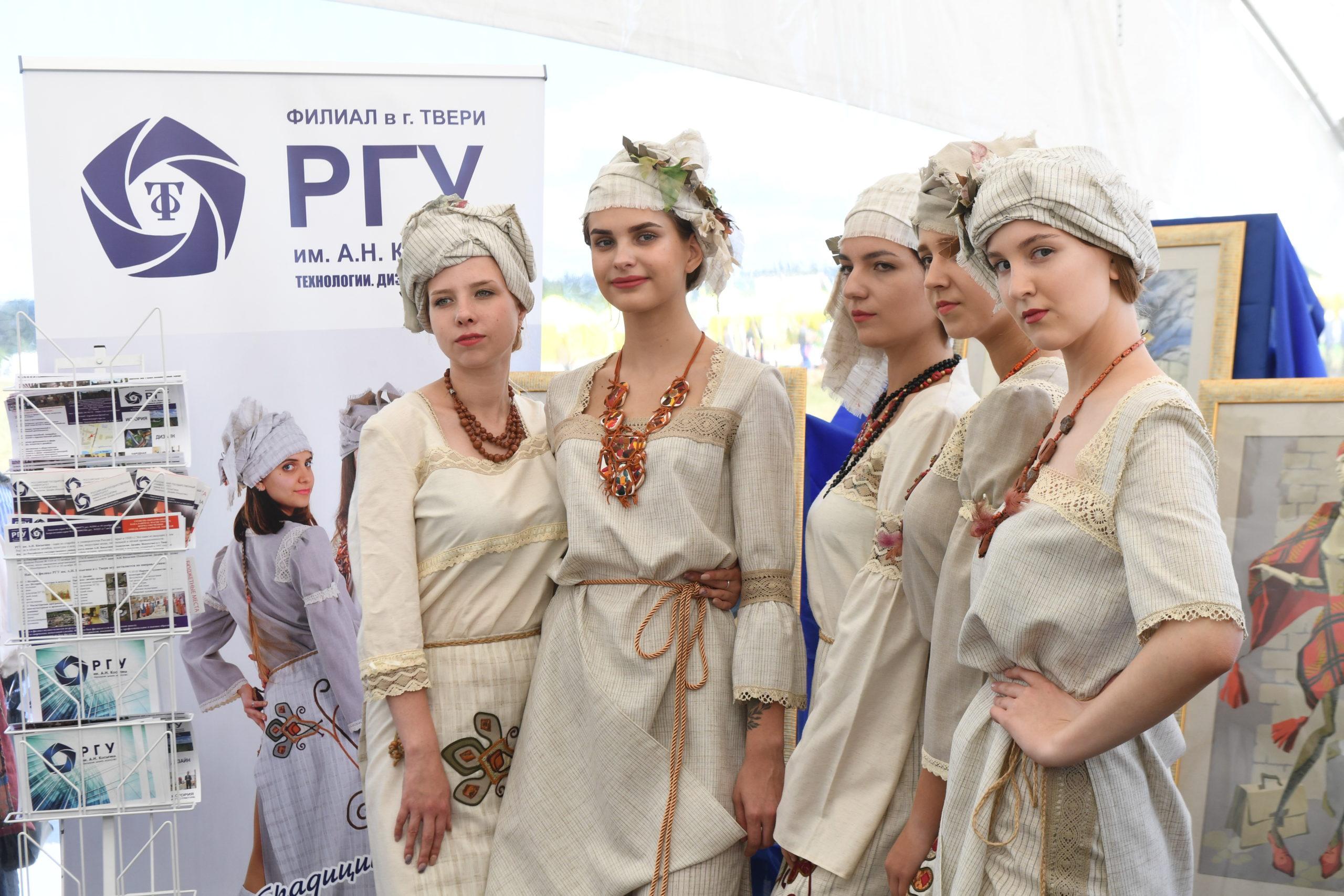 В Тверской области представили уникальный защитный льняной костюм для медиков