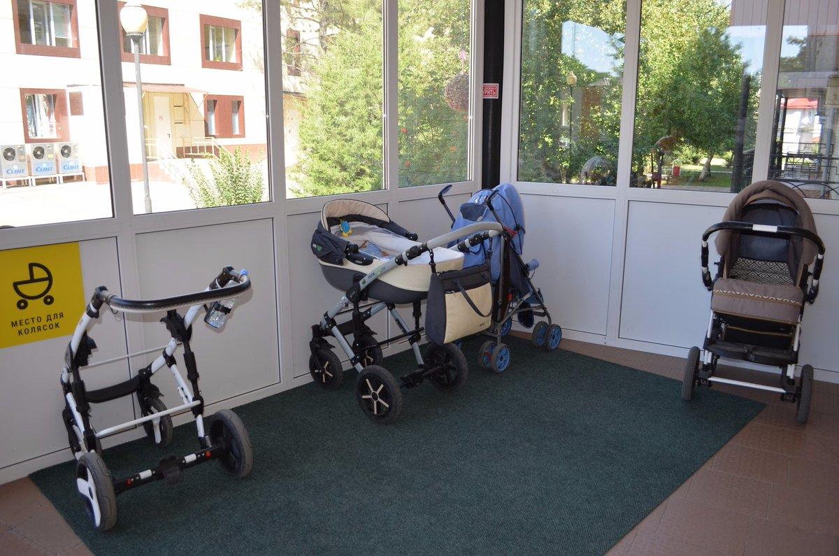 В детских поликлиниках и больницах Тверской области обустроили колясочные и обновили регистратуры