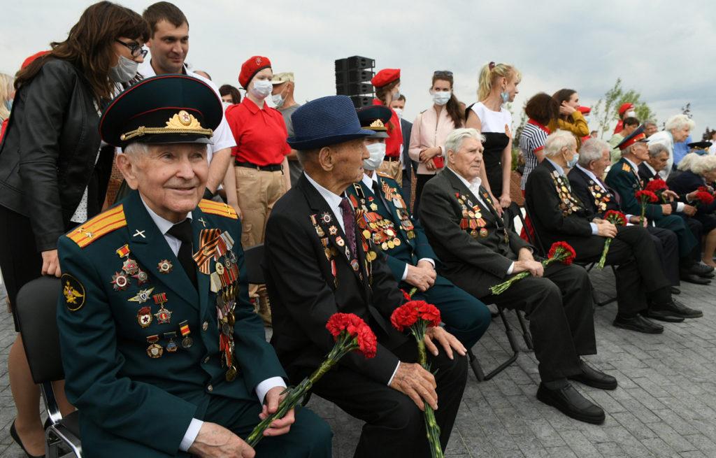 Ржевский мемориал посетили более 400 ветеранов и детей войны