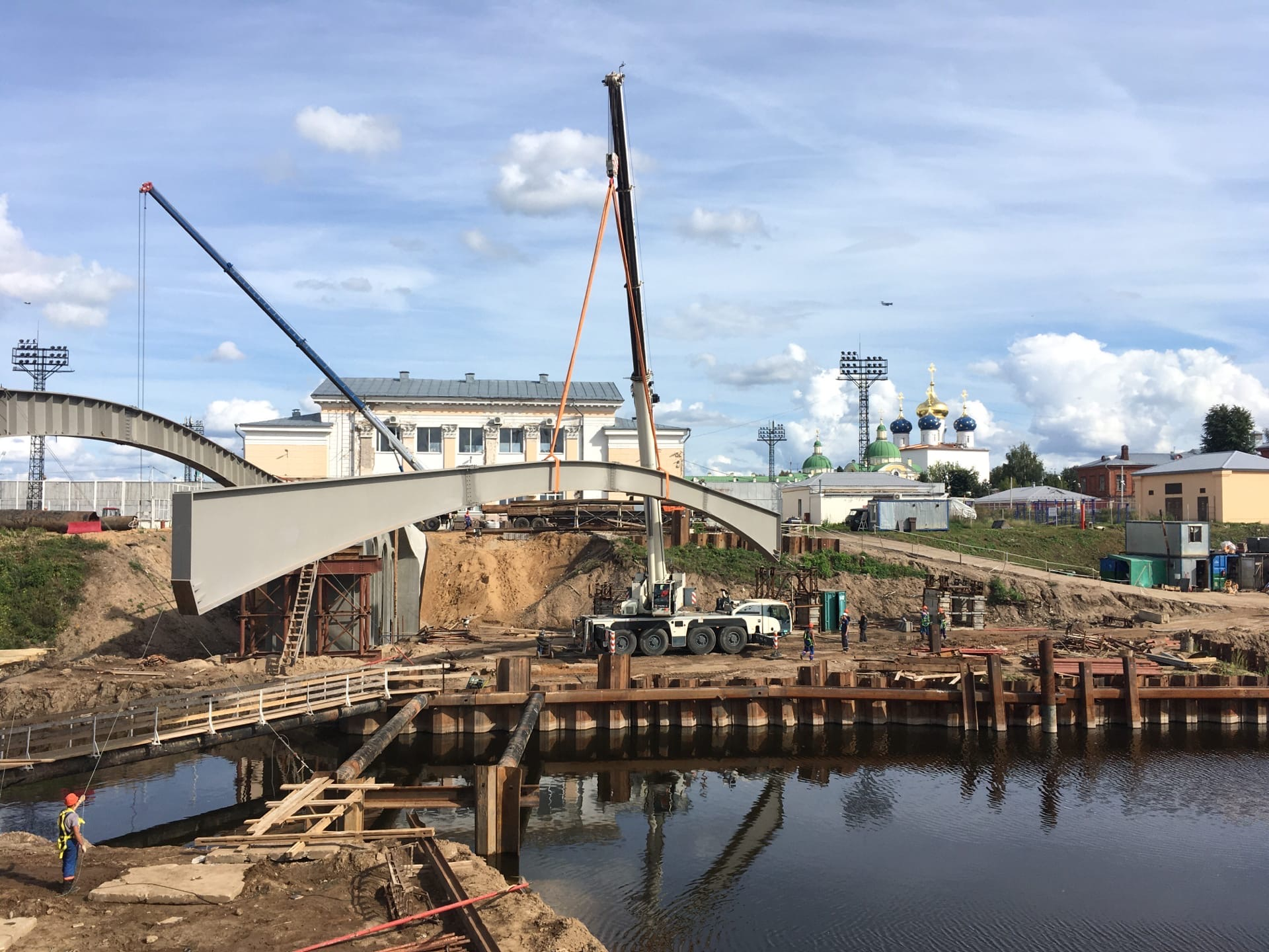 Соединить берега: На месте будущего моста в Твери установили основные балки