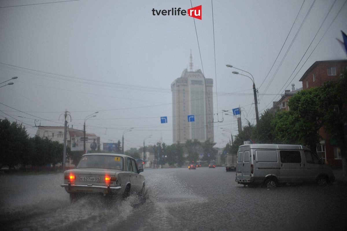 Мощный ливень и гроза: непогода в Тверской области сохранится до конца дня