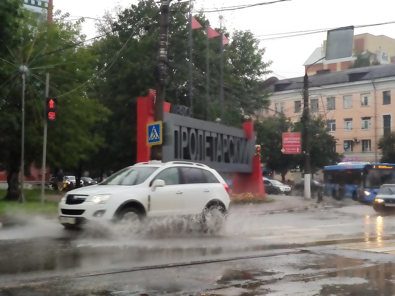 Поплыли: из-за ливня улицы Твери превратились в полноводные реки