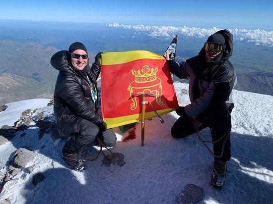 Флаг Твери установили на Эльбрусе