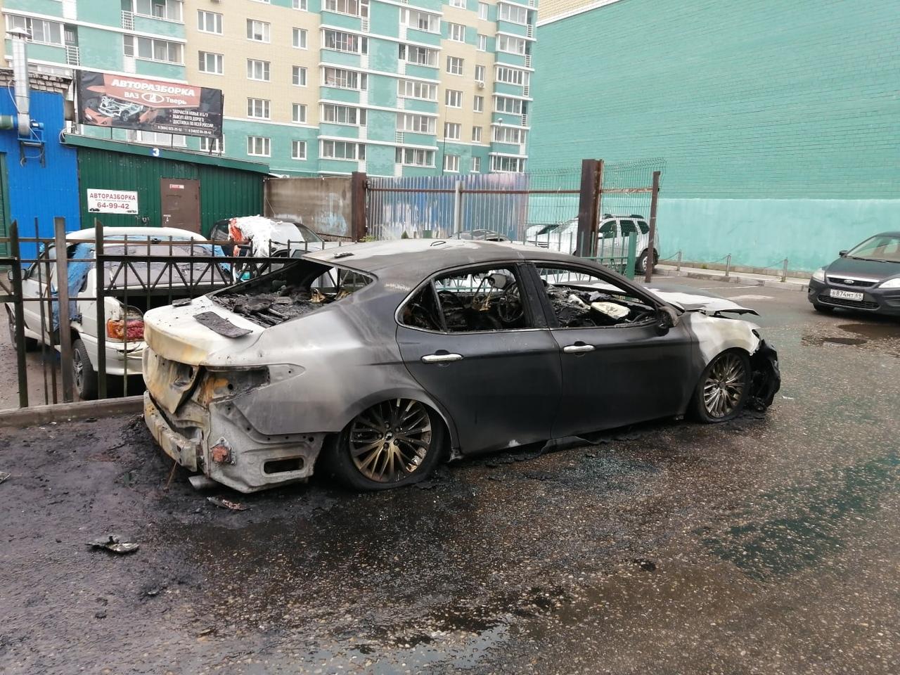 Две иномарки сгорели под утро в Твери