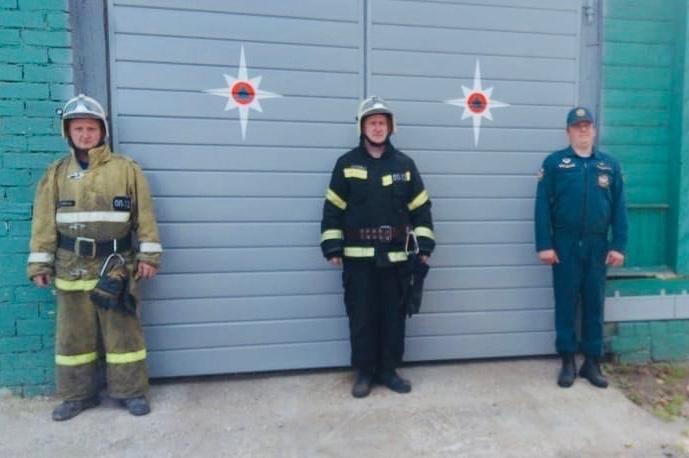 Под Тверью пожарные спасли из горящего дома женщину