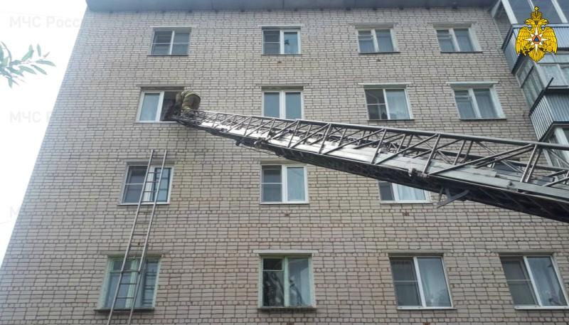 Четырехлетняя девочка, которую оставили одну дома, чуть не выпала из окна в Тверской области