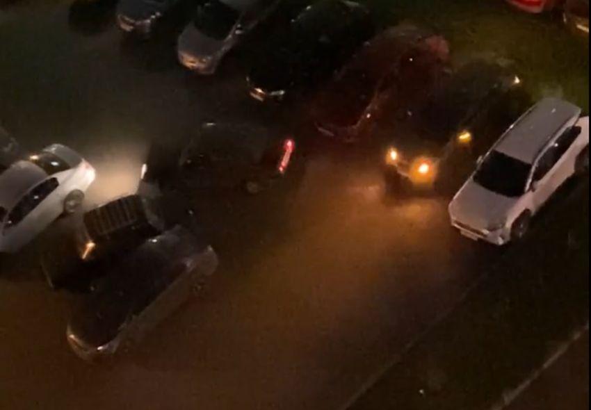 Появилось видео, как неадекватный водитель паркуется на одной из улиц Твери