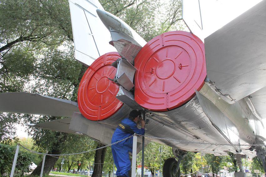 В парке Победы в Твери для самолета МиГ-25 РБ установили дополнительную опору от вандалов