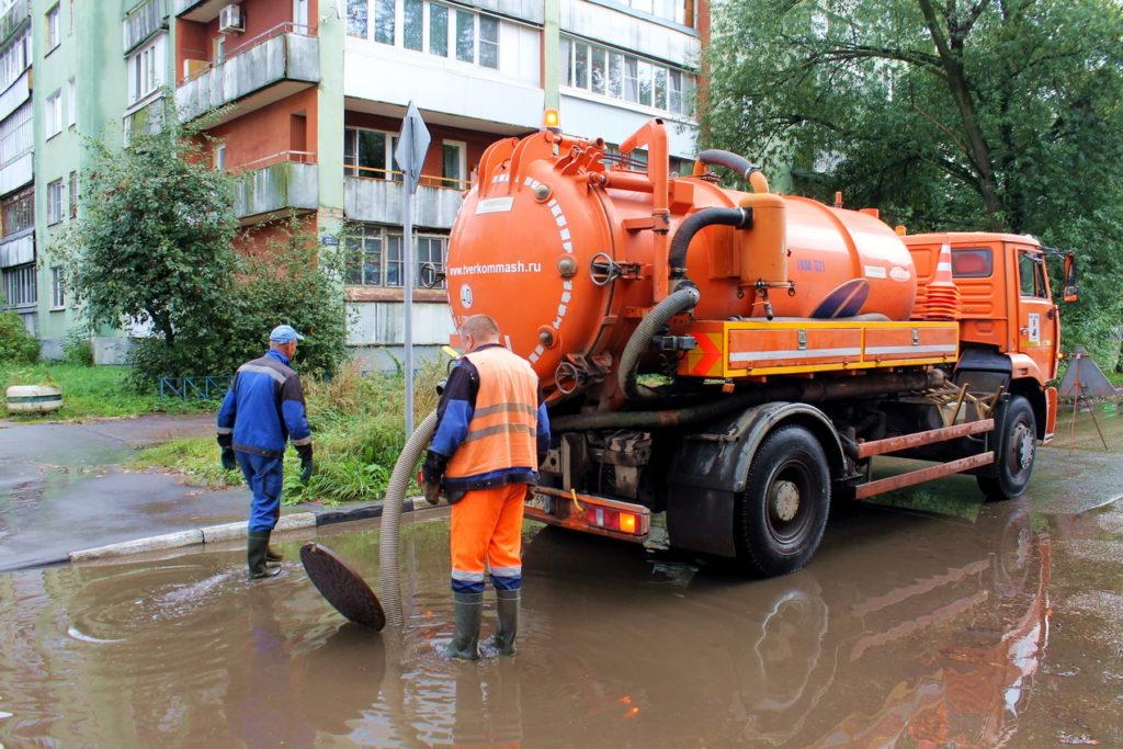 Тверские коммунальщики откачивают воду с затопленных дождем улиц
