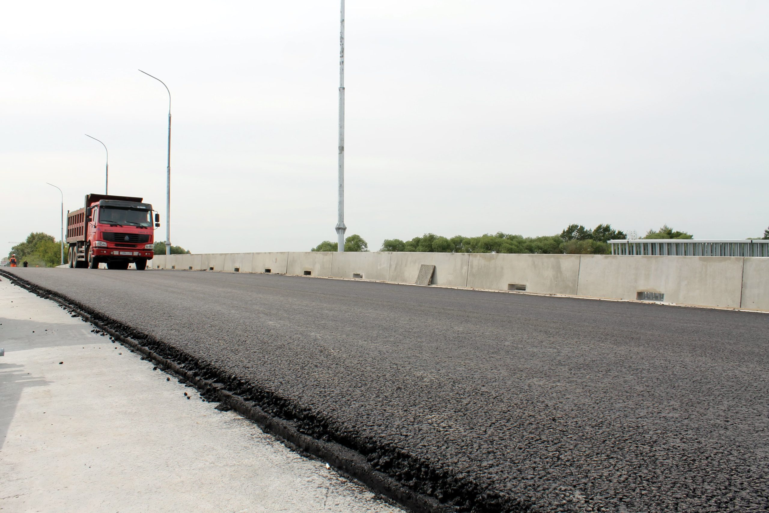 На улицах Твери продолжаются работы по ремонту дорог