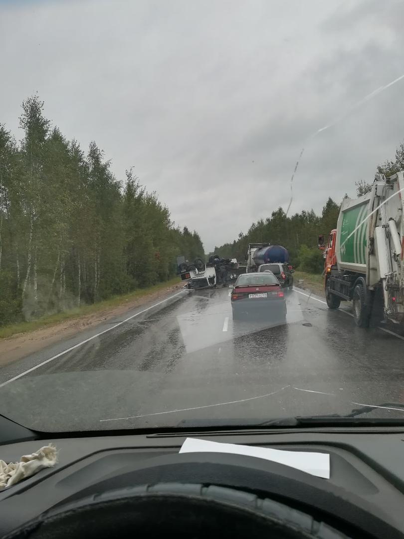 Под Тверью грузовик сделал «сальто» из-за оторвавшегося колеса