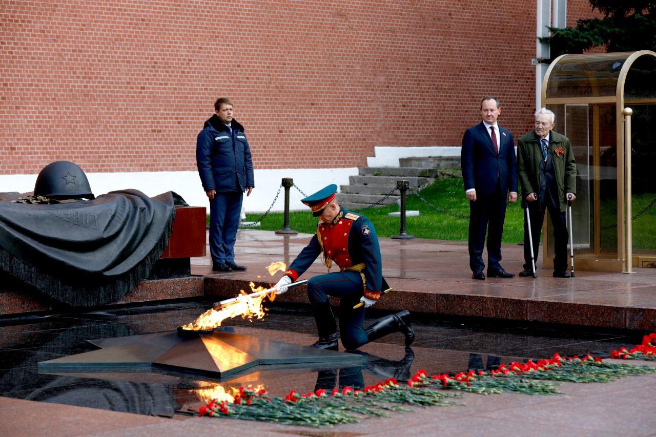 Частица Вечного огня отправилась от стен Кремля на мемориал энергетикам-героям, который откроют в субботу 19 сентября