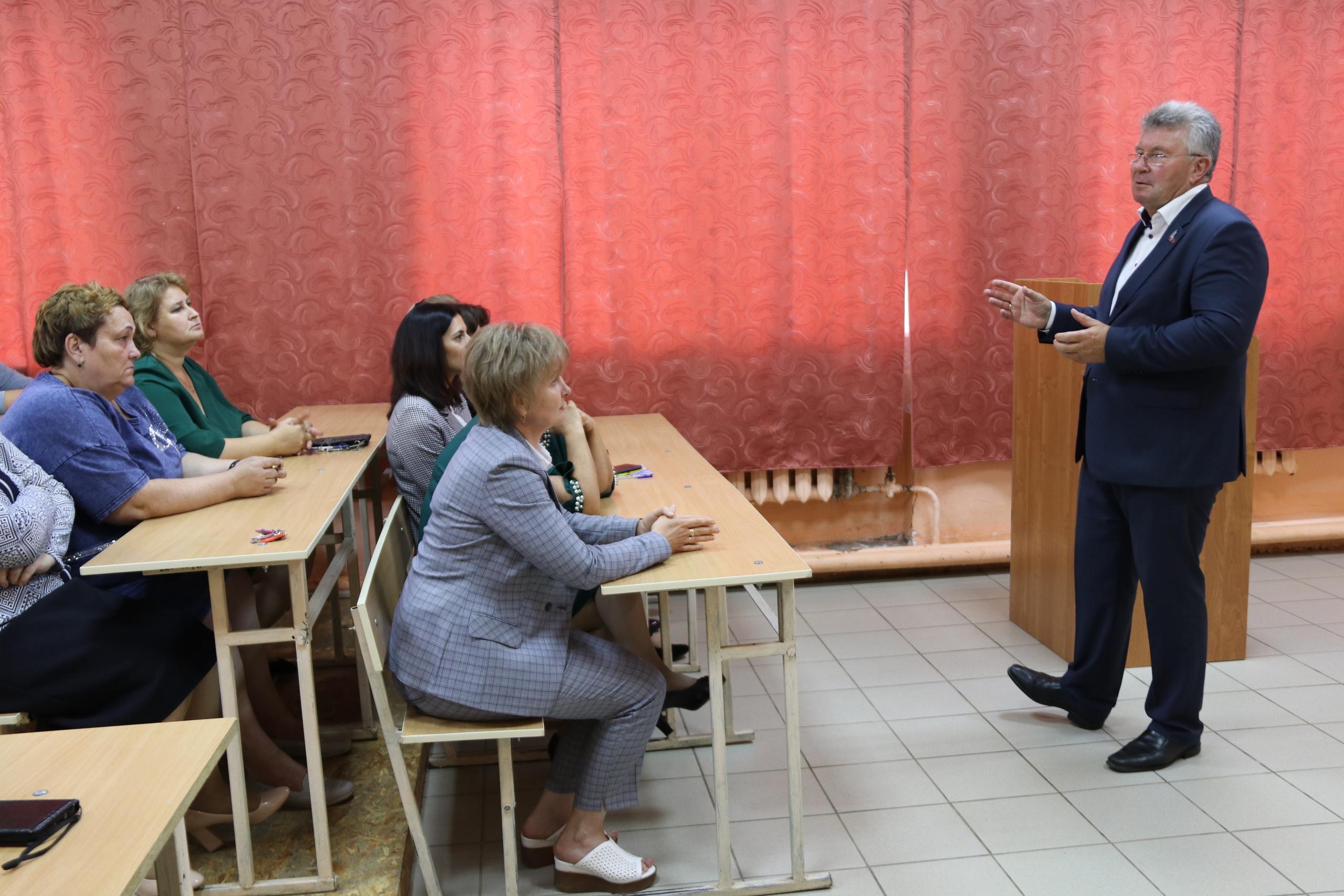 Андрей Белоцерковский на торжественной линейке поздравил ржевских школьников с Днём знаний