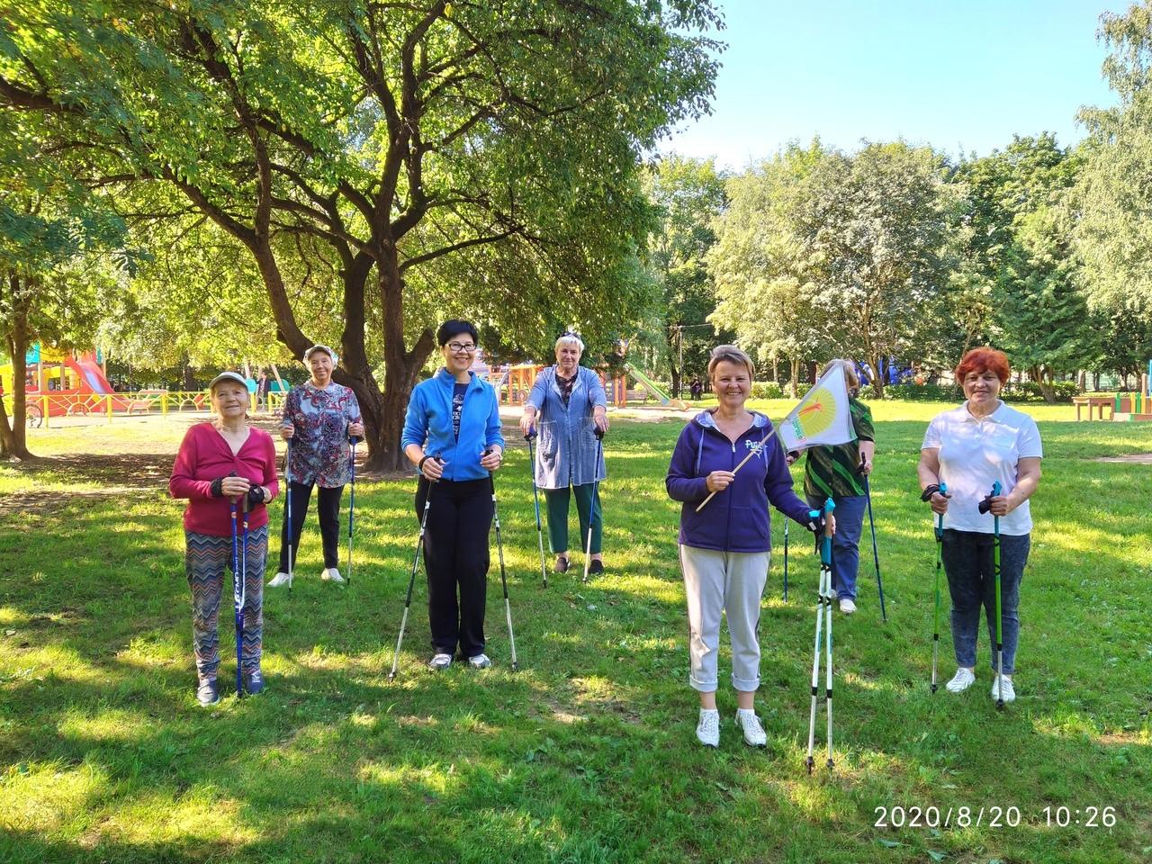 Тверских пенсионеров приглашают на бесплатные занятия по скандинавской ходьбе