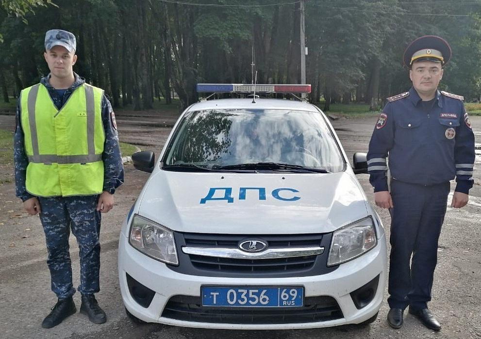 Осташковские автоинспекторы помогли водителю, у которого взорвалось на трассе колесо