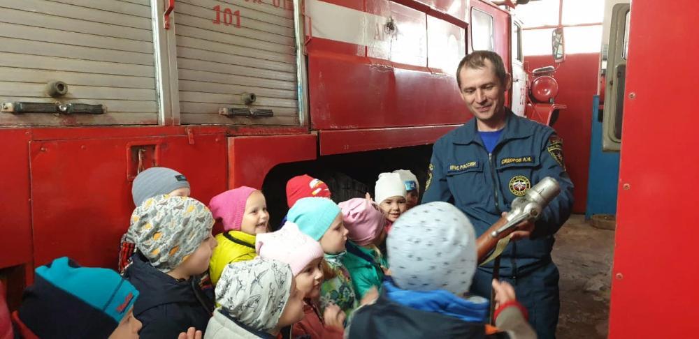 В Бологое воспитанники детского сада побывали в пожарно-спасательной части