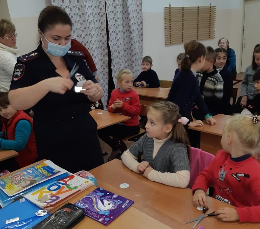 Школьников в Тверской области научили делать светоотражающие значки