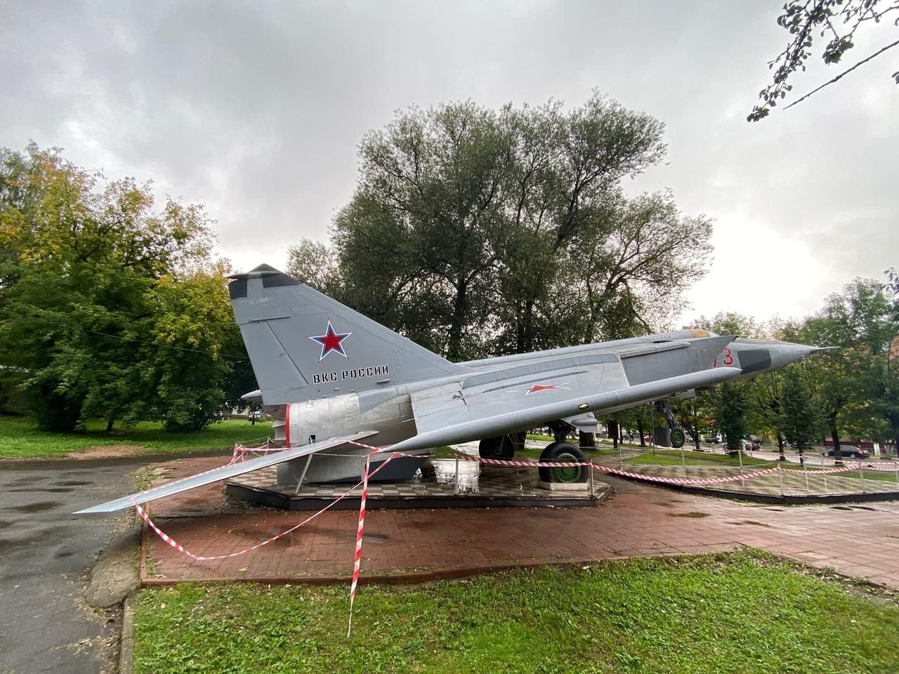 В парке Победы Твери памятник самолету завалился на хвост