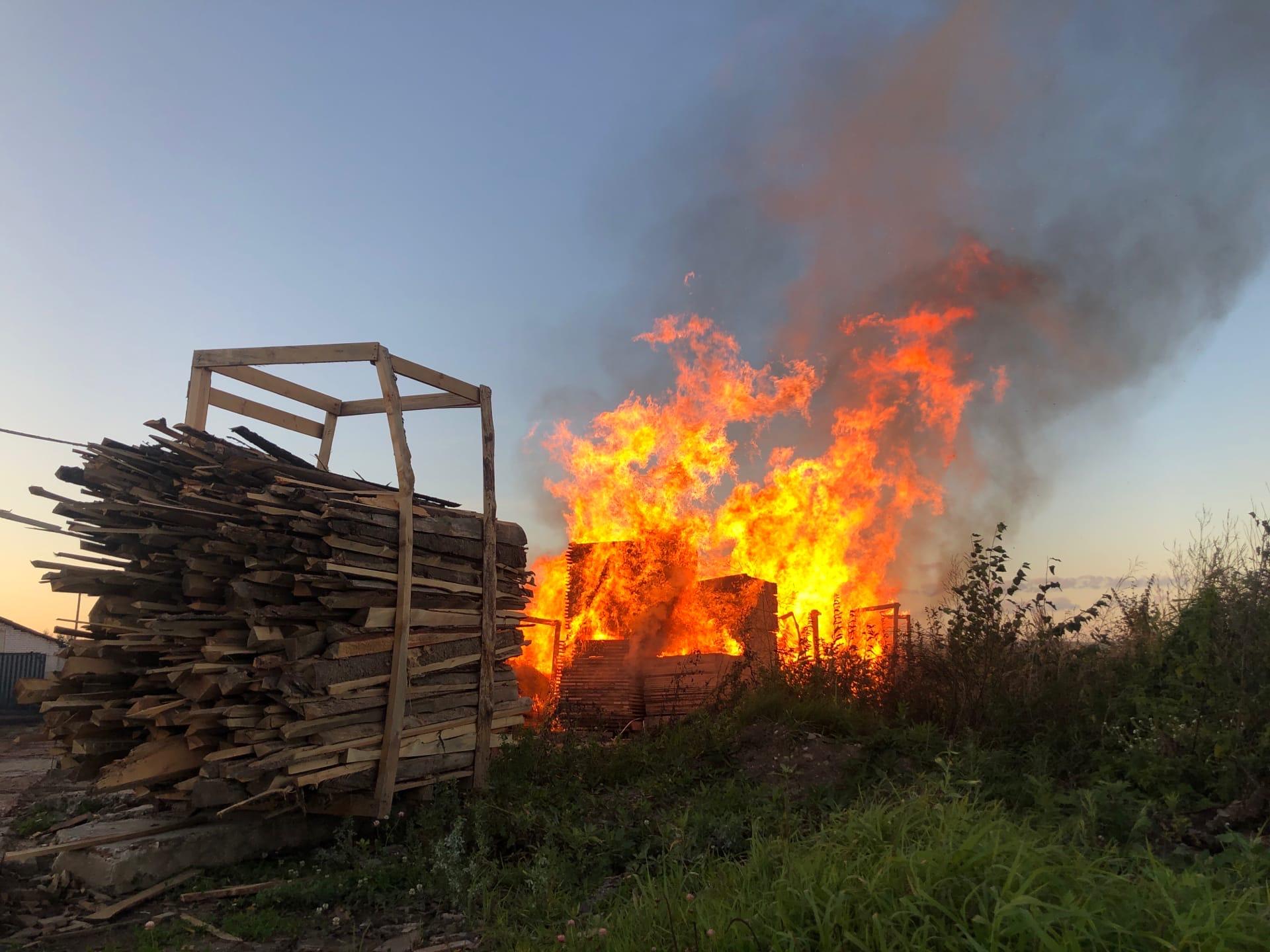 В деревне Панигино Тверской области горит пилорама