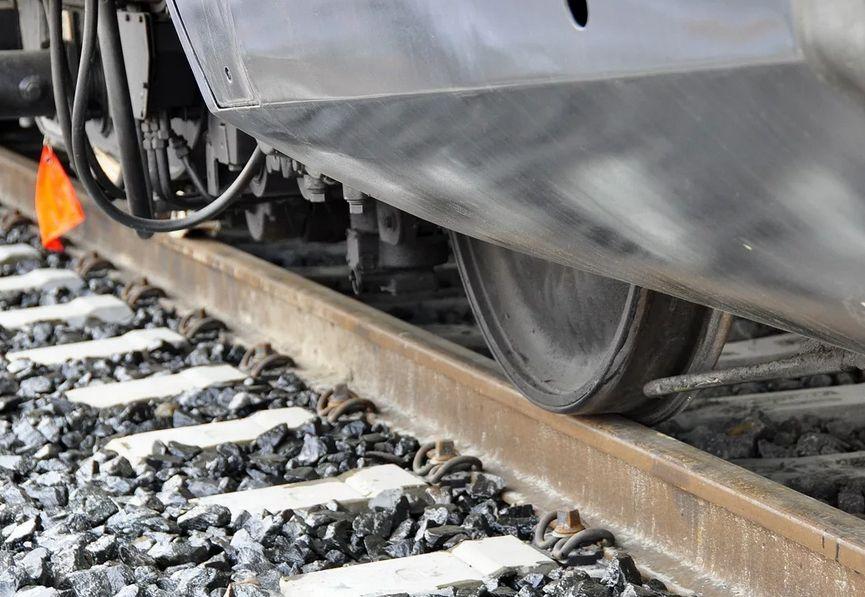 Житель Тверской области получил тяжелые травмы, попав под поезд