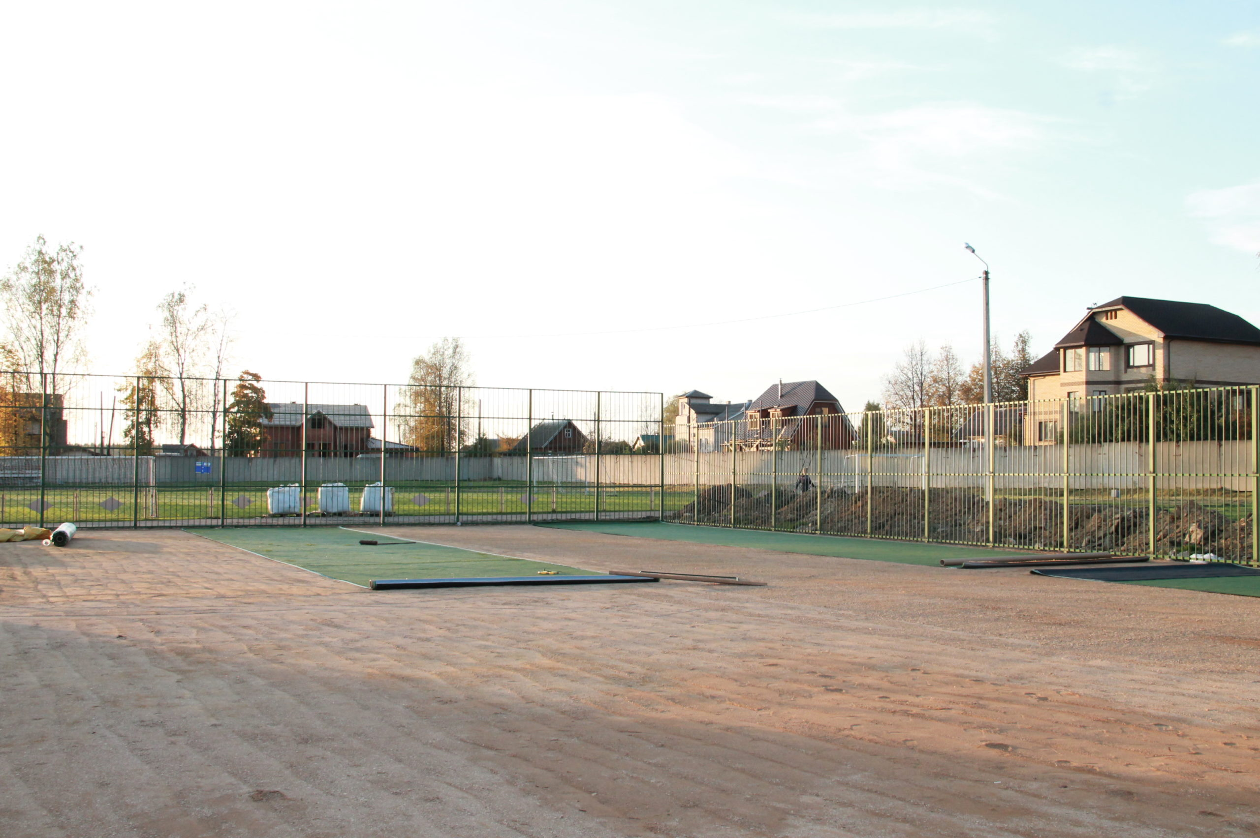 В Нелидово устанавливают поле для мини-футбола