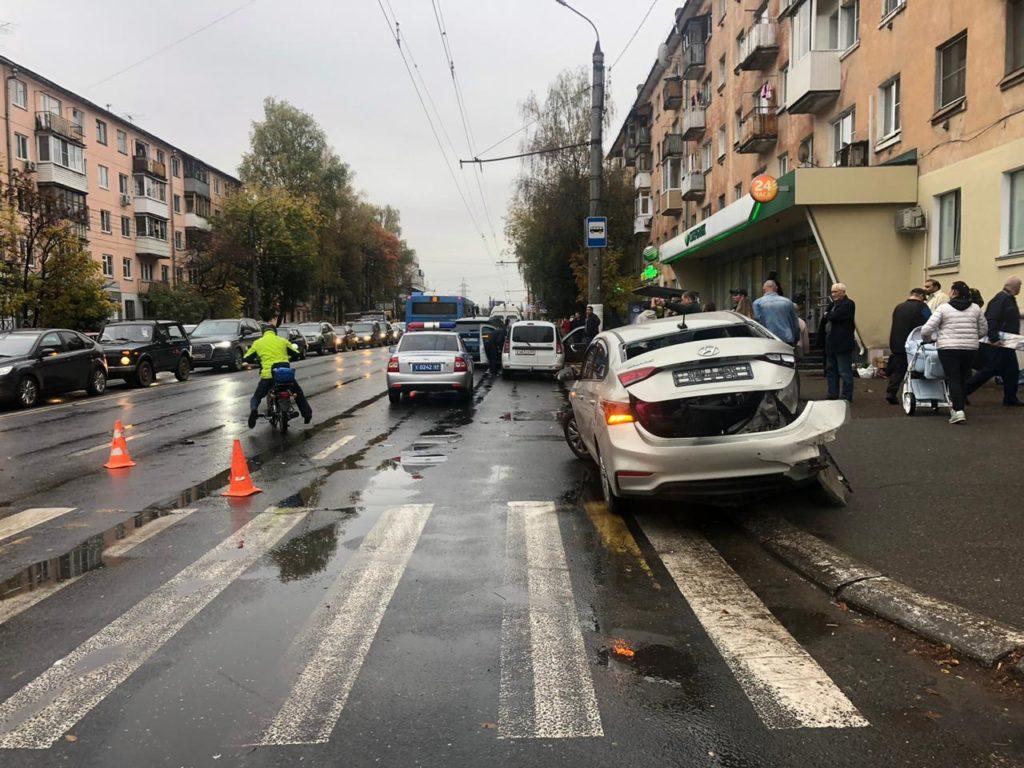 Волоколамский проспект в Твери встал в пробке из-за аварии