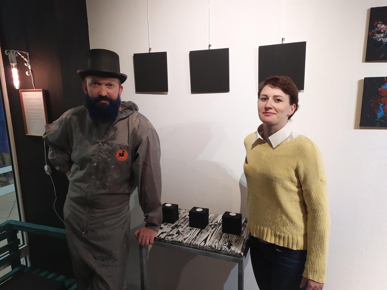 На открытии абстрактной выставки в Твери поэтесса читала стихи под гитару