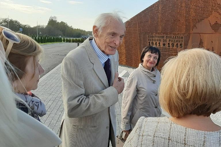 Народный артист СССР ВасилийЛановой посетил Ржевский мемориал