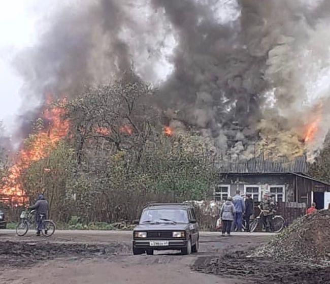 В поселке под Тверью полыхает заброшенное здание