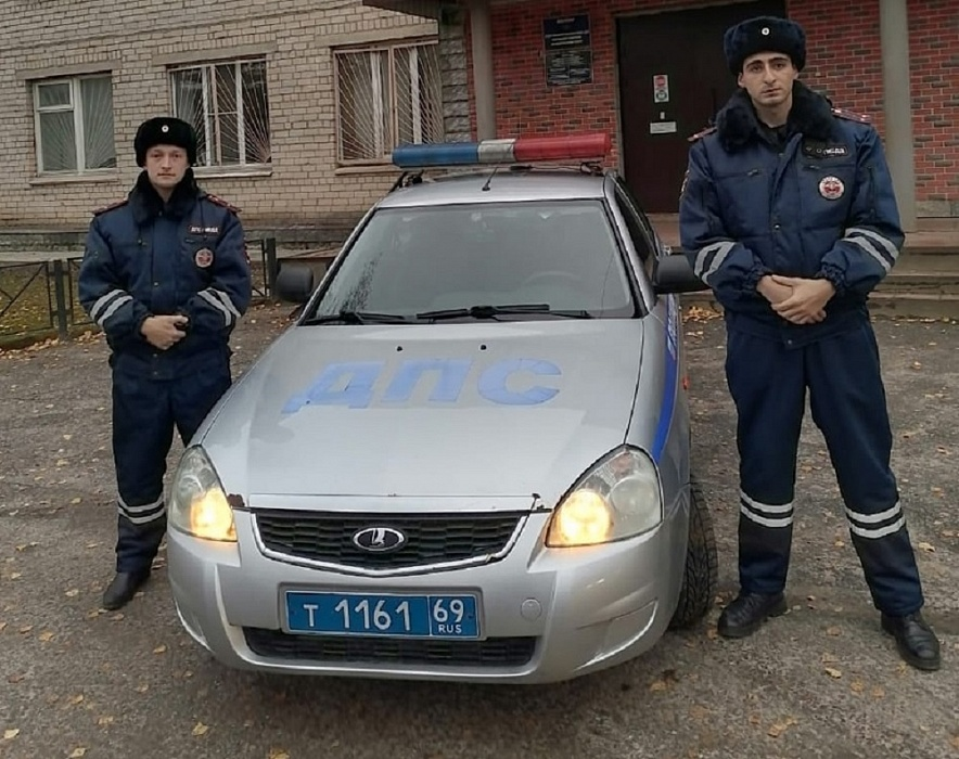 В Конаковском районе сотрудники ДПС помогли тверитянке добраться до дома