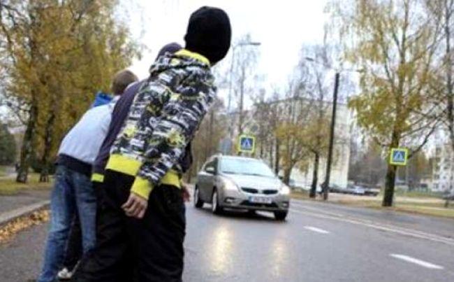 В Тверской области подростки ради забавы бросались под машины