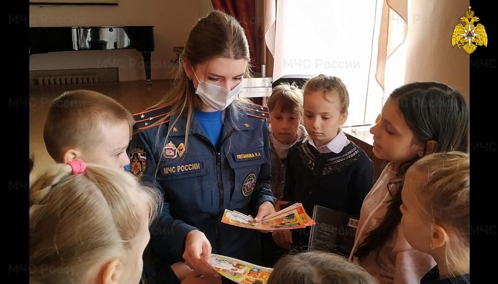 Сотрудники МЧС навестили учащихся Бологовской школы искусств