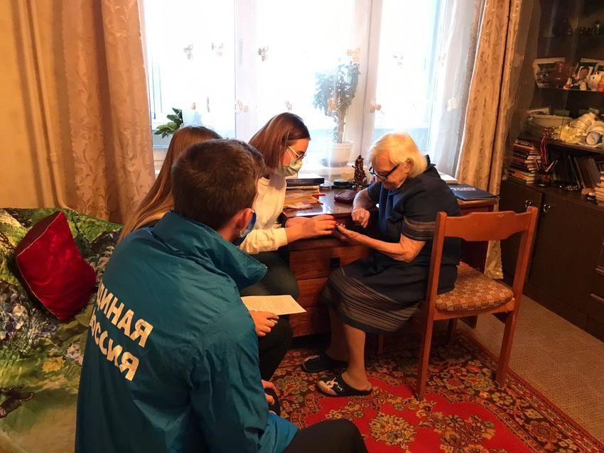 Тверские единороссы дарят ветеранам мобильные телефоны