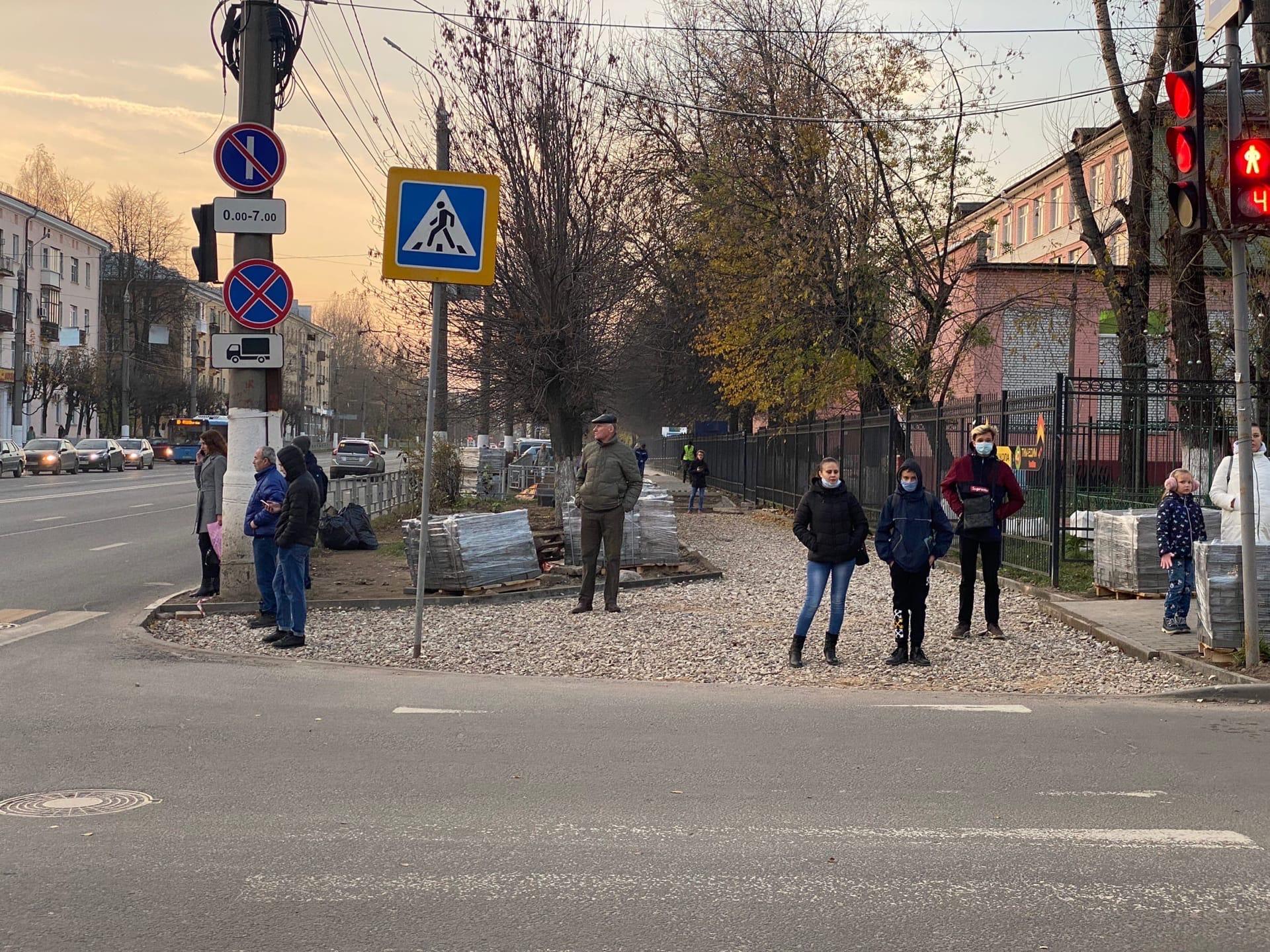 На проспекте Победы в Твери ремонтируют тротуары